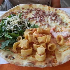 Pizza con pesce in un ristorante di Bellaria