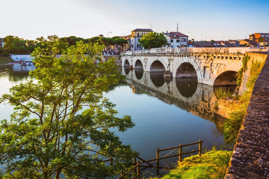 """Ponte di Tiberio di Rimini: curiosità e storia del """"Ponte del Diavolo"""""""