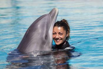 Addestratrice di delfini nel parco Oltremare di Riccione